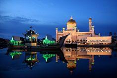 Mezquita de oro y mármol en el río Brunei