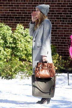 Sarah Jessica Parker  Enero y su nieve  1 de 10  El primer look que escogemos es de la actriz Sarah Jessica Parker. Bien es verdad que este estilismo forma parte del vestuario de la película Tentación en Manhattan (I don't know how she does it, 2011), pero es evocador y sofisticado. ¿Se puede pedir más? Foto: © Gtres Online