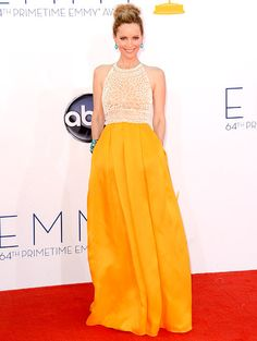 2012 Emmys: Leslie Mann in Naeem Khan gown that is so perfect and comfortable. This is my best dressed pick for the night!