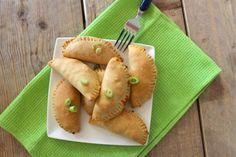 Een tijdje geleden hebben wij empanadas met gehakt gemaakt. Deze waren toen zo lekker dat we besloten om ook een variant met kip te maken. En o wat waren deze empanadas ook lekker! De empanadas die je met dit recept maakt zijn natuurlijk niet hetzelfde als de klassieke Mexicaanse empanadas maar wel heel lekker en...Lees Meer »
