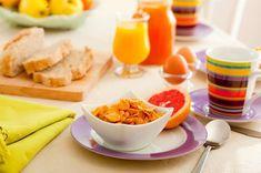 Gli alimenti a basso indice glicemico sono importanti per regolare la glicemia e per non incorrere nel sovrappeso. Ricordiamo soprattutto i cereali integrali, il latte magro e lo yogurt, i legumi.