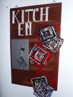bacheca per cucina con sottobicchieri in carta riciclata
