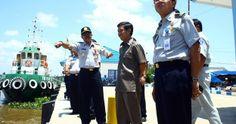 Dirjen Perhubungan Darat Drs. Suroyo Alimoeso meninjau Dermaga Sungai Marabahan yang bertempat di pa...