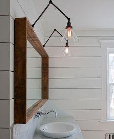Espejo enmarcado en madera