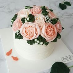 bridal shower cake / edible flower cake / buttercream