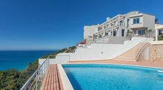 In Villa Mar à Vista - Vila Vita Collection - you enjoy living in your very own beach house with friends and family for up to 11 persons. Algarve, Villa, Infinity Pool, Beach House, Mansions, House Styles, Outdoor Decor, Collection, Home
