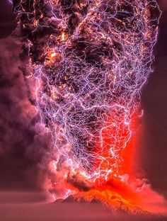 Lightning bursting over erupting Calbuco Volcano 🌋 . Natural Phenomena, Natural Disasters, Volcano Lightning, Volcan Eruption, 4k Photography, Landscape Photography, Lava, Fuerza Natural, Erupting Volcano