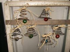 Here's one craft resource that I never even thought of…bed springs! - Old bed springs - amazing craft Primitive Christmas, Rustic Christmas, Christmas Holidays, Christmas Decorations, Christmas Ornaments, Christmas Bells, Christmas Wreaths, Wire Crafts, Christmas Projects