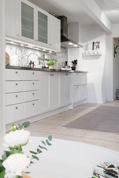 cladding kitchen mosaic decoration gray and white decoration Nordic living rooms Nordic decoration decoration Nordic Kitchen Styling, Kitchen Decor, Kitchen Design, Home Interior, Interior Decorating, Nordic Living Room, Living Rooms, Kitchen Mosaic, White Decor