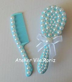 Escova e pente de cabelo para bebê azul com pérolas brancas.  Embalada em um saquinho de organza.