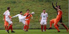 #Burak #Aktas (Mitte) setzt seine ganze Athletik ein. | 4. Spieltag Borea Dresden vs. BAK 07 (Saison 14/15) - Ergebnis: 1:0 Niederlage