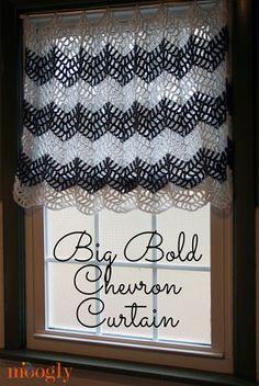 Big Bold Chevron Curtain is the perfect crochet curtain pattern for the bath, bedroom, kitchen, living room - any room of the house! Crochet Diy, Crochet Motifs, Crochet Home Decor, Filet Crochet, Love Crochet, Crochet Crafts, Crochet Patterns, Chevron Crochet, Crochet Borders