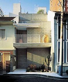 Com apenas 5 m de lado, o sobrado de 65 m², no coração do agito paulistano, tem…