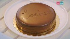 Sacher Tortengredienti: 75 g cioccolato fondente 55% a pezzetti, 65 g burro, 20 g zucchero a velo, vaniglia in polvere, 3 tuorli, 3 albumi, 90 g zucchero semolato, 65 g farina 00, 1 g sale, 150 g confettura di albicocche, burro e farina per lo stampo. Ganache per la glassatura: 250 ml panna liquida, 375 g cioccolato fondente 55% a pezzetti.