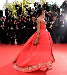meanwhile at Cannes... freida pinto in Oscar de la Renta.