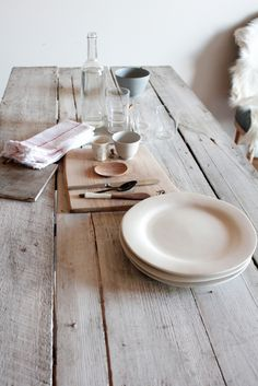 Less is more when it comes to setting a brunch table. Keep the fine linens in the closet for special occasions and bring out natural linen instead. They're simplistic and even better, unpressed! @MtnHighYoghurt