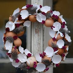 Making a wreath with egg shells Inspiring ideas for spring and Easter . - Make a wreath with egg shells Inspiring ideas for spring and Easter - Easter Table, Easter Party, Easter Eggs, Boutique Deco, Diy Ostern, Ideias Diy, Easter Wreaths, Egg Shells, Diy Wreath