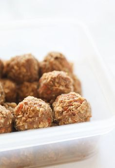 These easy homemade Protein Bites are a simple solution for the afternoon slump. Filled with healthy fats, whole grains and then topped off with whey protein, you and your kids will LOVE this snacking recipe. Also a great post of pre workout snack to take to the gym #snack #proteinbites #energyballs Protein Muffins, Protein Bites, Protein Snacks, Healthy Snacks, Whey Protein, Healthy Fats, Healthy Eating, Easy Summer Desserts, Fun Desserts