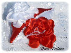 Coussin d'alliance en satin rouge et blanc porte alliance mariage