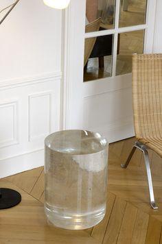 Martin Szekely  « Un bloc d'énergie gelée »* Le mode de fabrication de ce support s'apparente à celui des glaçons produits dans le réfrigérateur, soit : verser un liquide dans un moule et attendre. Dans le cas de Bing One, il faut attendre environ trois mois avant d'ouvrir le four de refroidissement, et découvrir le cristal figé dans sa matrice en plâtre. Une fois le « glaçon » de cent vingt kilos nettoyé et poli, il laisse voir dans sa masse une nuée de bulles d'air emprisonnées au moment…