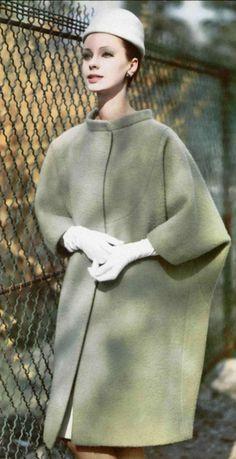 1961 Hubert de Givenchy.un plastron, souligné de piqûres du ton, découpe ce manteau en lainage vert amande.