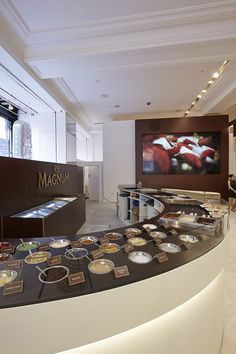 As part of their celebration, FormRoom worked with Magnum to unveil a breath-taking example of forward-thinking design at Selfridges Department Store in London. Cafe Interior Design, Cafe Design, Store Design, Ice Cream Parlor, Ice Cream Maker, Paleterias Ideas, Waffle Shop, Magnum Ice Cream, Gelato Shop