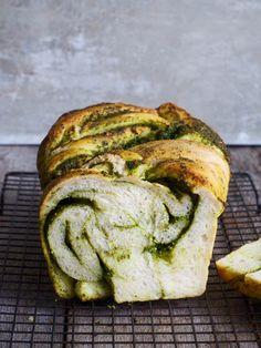 Ord er unødvendig – dette brødet er bare digg. Rett og slett. Deilig loff med plenty av pesto (hjemmelaget). Masse smak, litt grisete. Skjær det i skiver eller bare riv av stykker. Prøv å behersk deg. Flettebrød med pesto er 'flettet' på samme måte som denne kaken – babka – med sjokoladefyll (den anbefales!). Deigen [...]Read More...