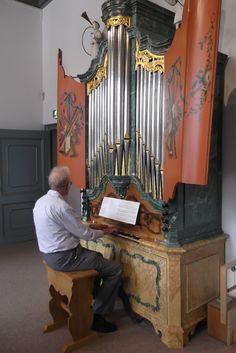 Zaterdag 18 juli 2015, Elburg, Orgelmuseum. De gids laat ons het een en ander zien en horen.