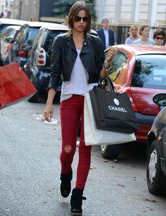 Con pantalones de colores El otoño es un momento ideal para tirar de pantalones pitillo de colores como estos rojos de Irina Shayk, que los acompaña de básicos como una camiseta blanca y una 'Perfecto'.