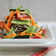 Peanut Soba Noodle Salad soba noodles 1 carrot, peeled and cut into thin matchsticks 1 cucumber, deseeded and cut into thin matchsticks 1 red bell Healthy Food Options, Healthy Salad Recipes, Veggie Recipes, Asian Recipes, Vegetarian Recipes, Ethnic Recipes, Veggie Meals, Healthy Dinners, Soba Noodles