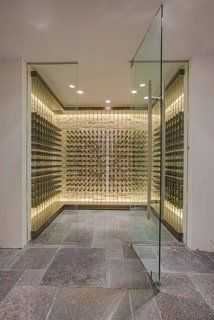 Stone walls and wine storage Contemporary Wine Cellar Design, Pictures, Remodel, Decor and Ideas - page 11 Wine Cellar Modern, Glass Wine Cellar, Home Wine Cellars, Wine Cellar Design, Wine Shelves, Wine Storage, Caves, Bar A Vin, Wine Display