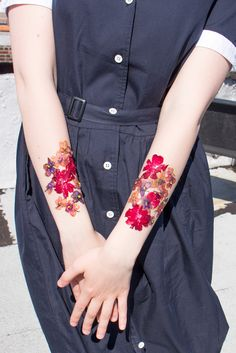 You can dry flowers in the microwave in 30 seconds and make beautiful temporary tattoos with them!