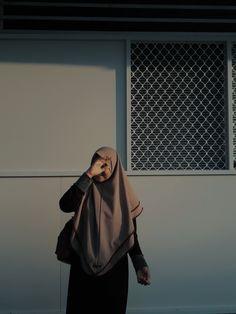 Aesthetic Outfit, Aesthetic Girl, Muslim Girls, Muslim Women, Ootd Hijab, Quotes Indonesia, Lifestyle, Wallpaper, Random
