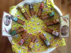 Ontbijkoekreepjes. Weglijnen van witte chocolade uit tube AH. Autootjes van de Action (Nog geen euro voor 12 stuks) of chocolade autootjes van de hema bijv.
