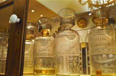 """L'Antica Farmacia Clementi a Fivizzano è casa e scrigno di un benefico elixir: si chiama China Clementi e viene prodotta dall'incontro di due pregiate varietà di China tropicale, insieme a diverse erbe aromatiche ed officinali.   Invecchiata in botte per due anni, la China è un liquore tonico e digestivo. Già Indro Montanelli ne conosceva le proprietà e ne apprezzava il gusto. Ordinandone alcuni flaconi scrisse """"un ricordo delizioso, un tuffo nelle cose buone e vere della mia infanzia""""."""