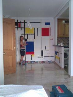Os acordáis de Mondrian? ?  Pues a Gloria no se le ha ocurrido nada mejor que decorar una de las paredes del salón con una obra maestra imi...