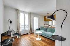 En plein coeur de St Germain des Près, au 4ème étage, ascenseur, charmant appartement de 2 pièces de 36.60 m² carrez, sur cour au calme, entièrement rénové. Cave. Vue dégagée, lumineux, agréable plan en L.Gardien sur place. DPE vierge. Montant moyen annuel de la quote-part de charges courantes: 1 380 euros. Prix: 562 000 euros honoraires exclus + honoraires de 4 % TTC à la charge de l'acquéreur.
