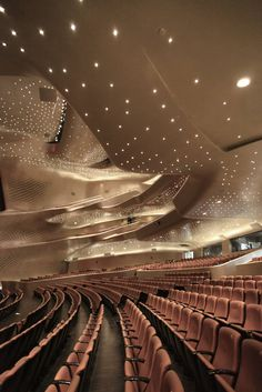 Opera in China Designed by Zaha Hadid: Tips for visiting Guangzhou Opera House https://meetmeattheopera.com/opera-houses/guangzhou-opera-house/