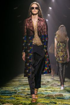 Successful pattern mismatching / A look from the Dries Van Noten Spring 2015 RTW collection. (Photo: Nowfashion)