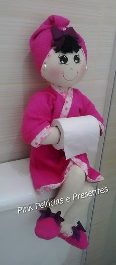Discover thousands of images about Marlene Arteira: Boneca porta papel higiênico com molde. Felt Crafts, Fabric Crafts, Diy And Crafts, Fabric Dolls, Paper Dolls, Diy Craft Projects, Sewing Projects, Bath Doll, Human Doll