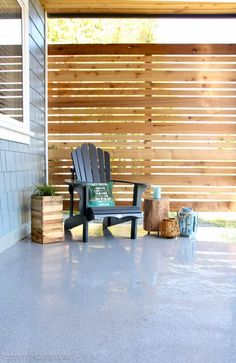Installing an outdoor privacy screen is important to provide some privacy from intruders. Find out 17 inspiring outdoor privacy screen ideas to use. Backyard Privacy Screen, Privacy Screen Outdoor, Privacy Fences, Deck Ideas With Privacy Screen, Decks With Privacy Walls, Deck Privacy Screens, Diy Patio, Backyard Patio, Patio Ideas