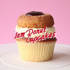 Jam Donut Cupcakes Why settle for a donut or a cupcake when you can have both? Cupcake Recipes, Baking Recipes, Dessert Recipes, Hotdish Recipes, Vegan Recipes, Recipies, Jam Donut, Donut Cupcakes, Desert Recipes