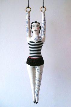 Numéro de cirque, la Femme tatouée, poupée peinte et feutres sur tissu - un radis m'a dit -  Tattooed pin-up, blog : https://www.facebook.com/clairefabrications/