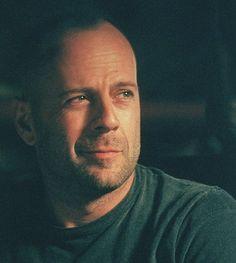 Bruce Willis  #moda #tresorsex #hombres #barba #celebridades #actores #famosos…