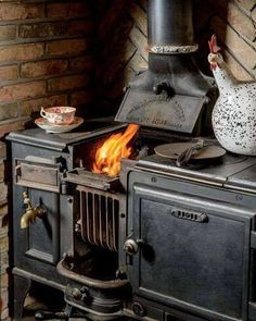 Old wood burning fireplace hearth 42 Best Ideas Wood Burning Cook Stove, Wood Stove Cooking, Kitchen Stove, Old Kitchen, Into The Woods, How To Antique Wood, Old Wood, Alter Herd, Old Stove