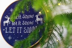 'Let it snow' korsstygnsmönster till jultavla av Alicia Sivertsson. / 'Let it snow' Christmas cross stitch pattern by Alicia Sivertsson.