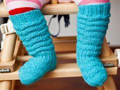 Vauvan ryppyvartiset villasukat, pysyvät hyvin jalassa, valmistuivat 07/2013 Debbie Bliss Baby Cashmerino luonnonvalkoinen (yksi kerä tätä lankaa ei ihan riittänyt, tee jatkossa varren ryppykerros vähemmän...) helppo ohje aloittelijallekin