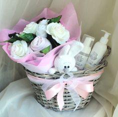 Le cadeau parfait pour une petite fille. Emballé dans un panier-cadeau avec un beau ruban rose. Vous y trouverez tout ce dont vous avez besoin dans les premiers jours de vie de l'enfant. Le bouquet est fait dans les couleurs blancs et roses délicats de fleurs artificielles et des vêtements pour le bébé. Pour prendre soin de la peau délicate de l'enfant, nous avons préparé un ensemble de produits cosmétiques hypoallergéniques.  Pack cadeau se compose de : 1.1 bebibuket partir de la taille de…