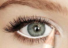 7 absolute make-up tips voor grotere ogen Red Eyeliner, Pencil Eyeliner, Makeup For Small Eyes, Eyeliner For Small Eyes, Waterline Eye Liner, Large Eyes, Big Eyes, White Eyes, Makeup Trends