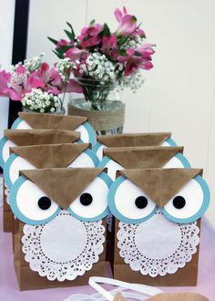 What cute and EASY owl bags! cute for party favor bags with owl theme ofcourse! Kids Crafts, Owl Crafts, Craft Projects, Kids Diy, Goodie Bags, Gift Bags, Favor Bags, Treat Bags, Paper Crafting